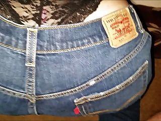 Liberando una carga de semen en sus pantalones vaqueros