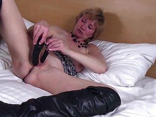 Abuelita aficionada con coño hambriento viejo en grandes botas negras