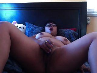 Nerdy bbw asiático se masturba en la cama