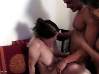 Sexo de grupo loco con 4 mamás y afortunado muchacho joven