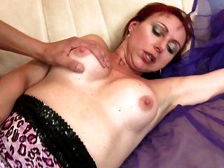 Sexy mamá madura natural chupar y joder joven