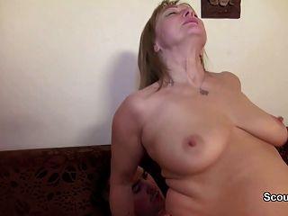 Mamada alemana y papá follan primera vez anal después de mirar porno