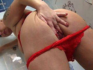 Madre grande con vagina hambrienta