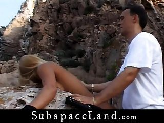 Rubia proxeneta atada por un acantilado de mar y follada por su dom masculino