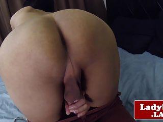 Asiática tgirl jerking mientras se frota el culo
