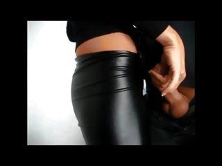 Polainas de cuero wetlook corridas en el culo