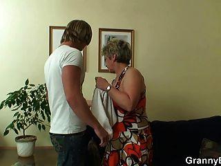 Joven stud bangs 60 años mujer