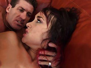 Rellenando su culo y se martillea como una puta