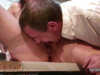 Madre alemana en medias seducir a joder en el trabajo