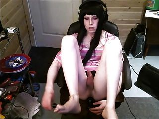 Sissy juega con la parte de enchufe enorme butt 2