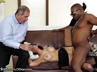 El marido de la hembra ve la esposa caliente coge al individuo negro