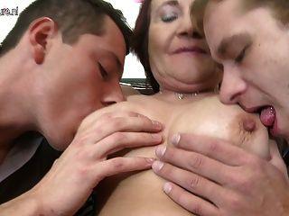 Vieja madre folla a dos chicos jóvenes