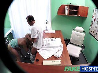 Fakehospital rubia con tetas agradable obtiene un examen completo
