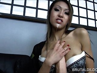 Asiático con un consolador brutal grande