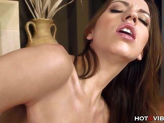 Chica pequeña tiene orgasmo incontrolable