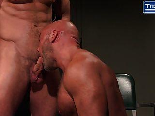 El papá grande del músculo picado consigue interrogado