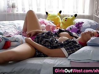 Busty curvy babe juguetes su coño peludo en la cama