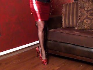 Falda roja caliente y corsé abultado
