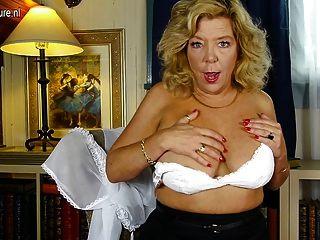 Abuelita americana busty caliente con la vagina hambrienta melenuda