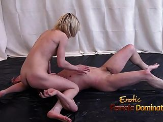 Kick boxing chica mostrando sus habilidades en una lucha mixta desnuda