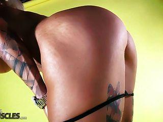 Músculo caliente mujer muestra su cuerpo