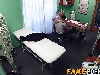 Enfermera rubia deja a su paciente a la mierda como él quiere