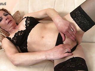 Mamá flaca aficionada con la vagina hambrienta de edad
