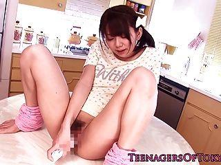 Impresionante asiático adolescente se toyed en el extremo