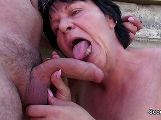Milf peludo alemán se seduce para coger público