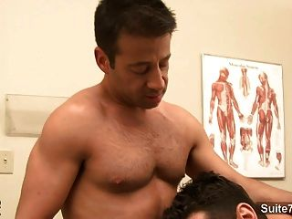 Médico lujurioso obtiene clavado por su paciente gay en el trabajo