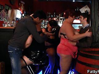 Grandes tetas bbw divertirse en el bar