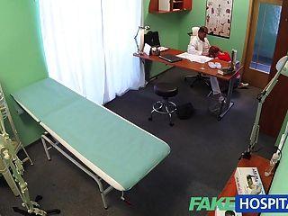 Fakehospital sexy pelirroja hará cualquier cosa por una nota enferma