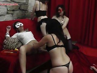 Partido de las señoras se convierte en orgía lesbiana salvaje