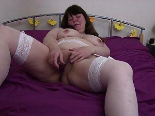 Mamá gorda gordita grande en medias blancas