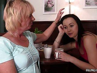 Encuentra a su mamá y su hija se divierten