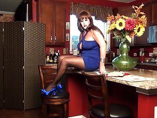 Las piernas de samantha es tu anfitriona