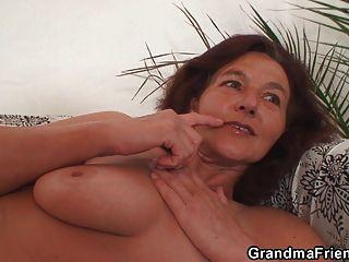 La abuela flaca traga dos pollas