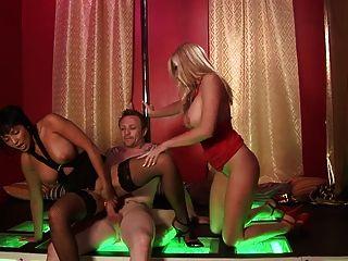 Grandes mamas disfrutan obtener ravished hardcore en un sexo a tres