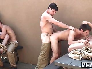 Chicos gay tienen una orgía en el patio de la prisión