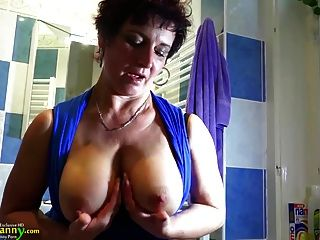 Oldnanny busty abuelita está haciendo striptease