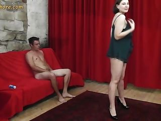 Busty milf agente puta seduce a un chico principiante tímido