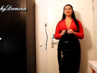 Kinkydomina en falda de cuero sph