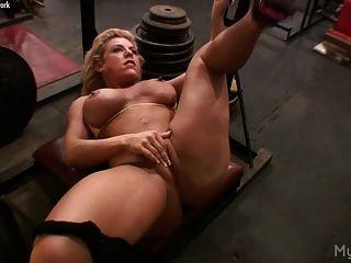 Sucia rubia masturba su clítoris en el gimnasio