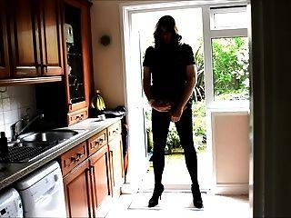 Sexy crossdresser alison butt plug y semen en la cocina