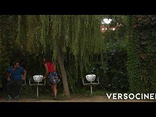 Cine de verso entre los arbustos