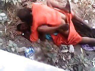Baba haciendo sexo rápido con la señora del pueblo mientras está atrapado