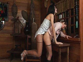 Shemale alto folla a una chica con una delicia