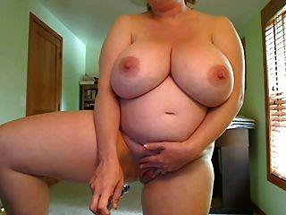Mujeres embarazadas con tetas grandes folla a sí misma de pie