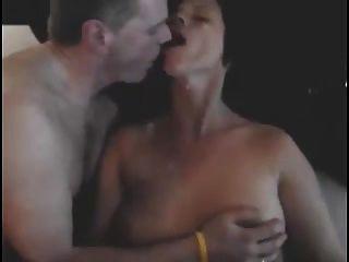 El marido besa a la esposa como el novio es cumming en ella