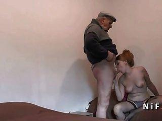 Adolescente francés muy jodido en threeway con el viejo hombre